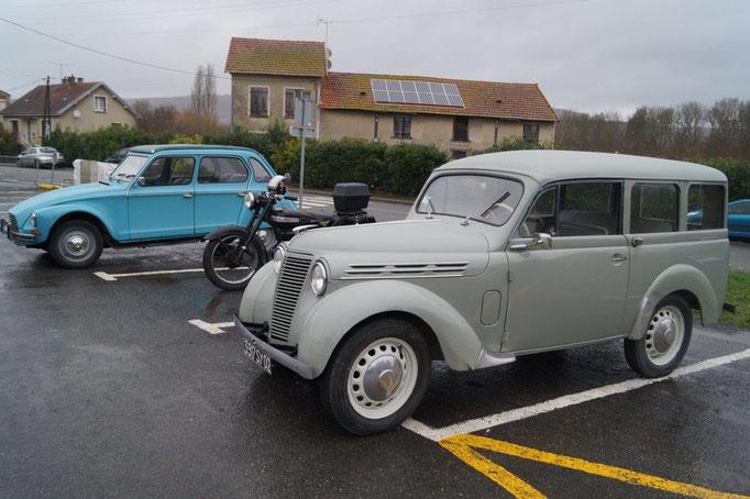 Des véhicules anciens apportent une petite touche de nostalgie.