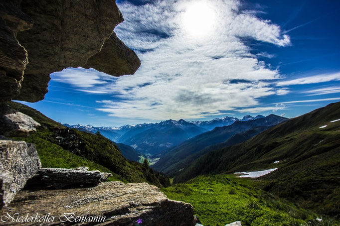 Rund um Weißenbach hat man auf den Höhenwegen einen herrlichen Panoramablick auf die Zillertaler Alpen, die Rieserfernergruppe und die Dolomiten