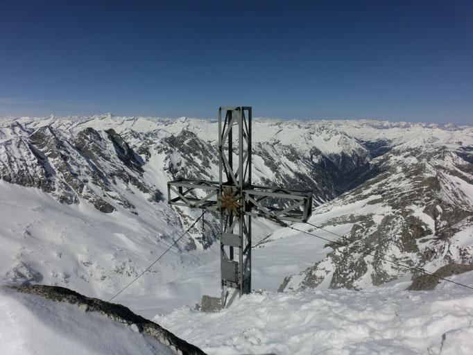 Gipfelkreuz auf verschneiten Weißenbacher Bergen