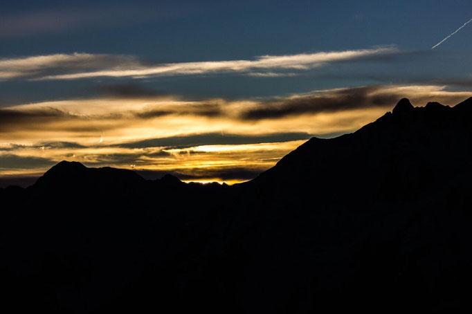 Der Weißenbacher Gebirgszug in der Abendstimmung im Herbst