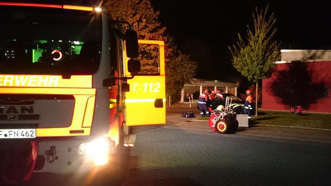 """Es wurde eine """"Person"""" befreit und Betreut, außerdem wurden Betriebsmittel abgestreut und der Brandschutz sichergestellt"""