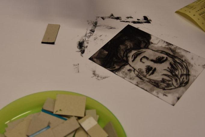 2. Doppelstunde: Mit Pappkantenstücken wird die Farbe ...