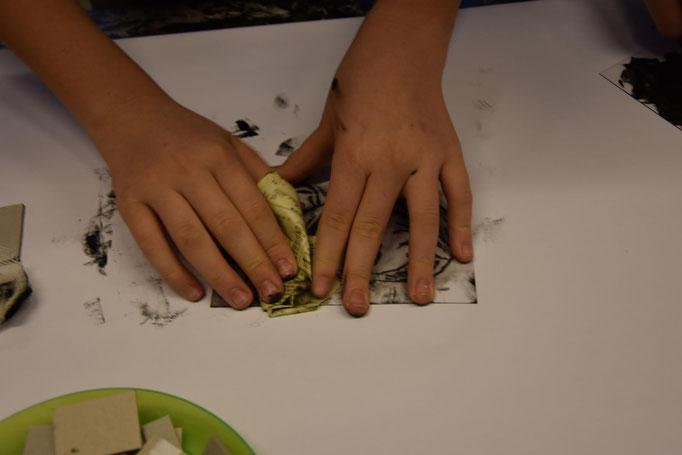 Überschüssige Farbe wird mit dünnem Telefonbuchpapier abgenommen oder gezielt verrieben.