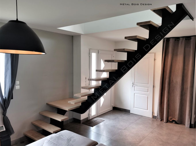 Escalier sur mesure quart tournant à limon central acier marche bois palier bas et palier de repos