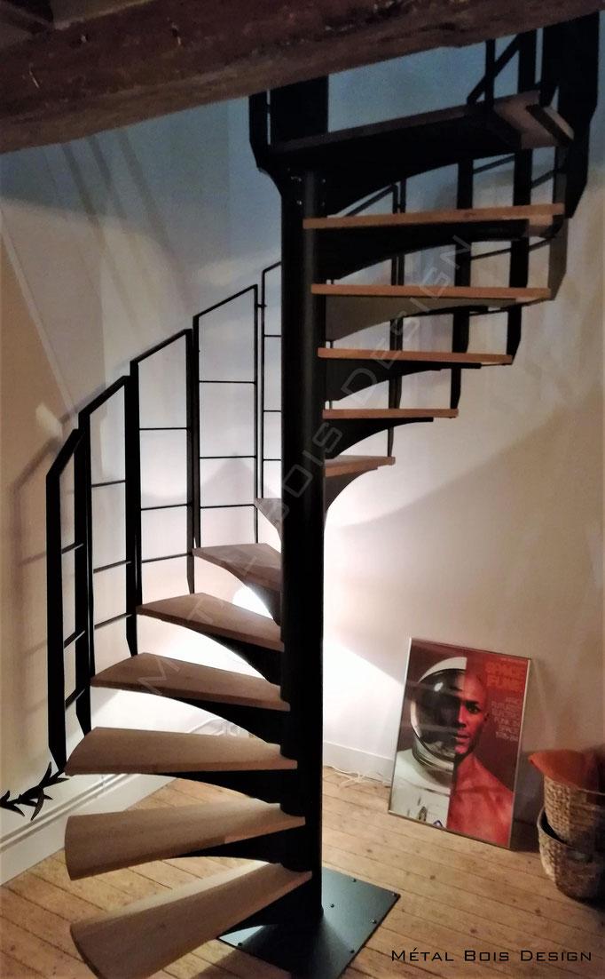 Escalier hélicoïdale Acier et chêne avec rampe débillardée sectionnelle personnalisée.