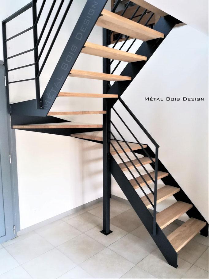 Escalier sur mesure deux quart tournant limons lisses acier et marche bois