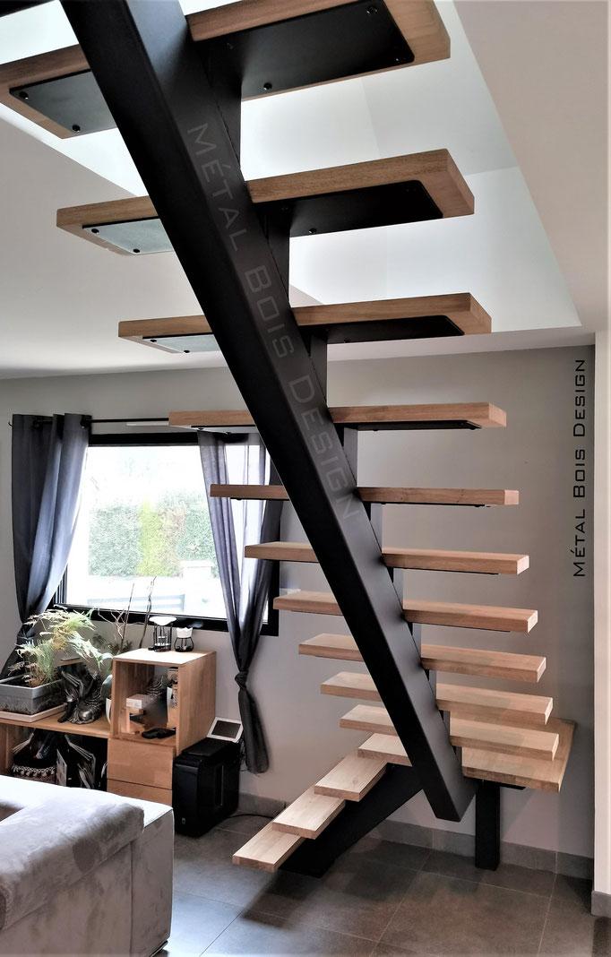 Escalier à limon centrale avec potelets et platine acier et marche en chêne