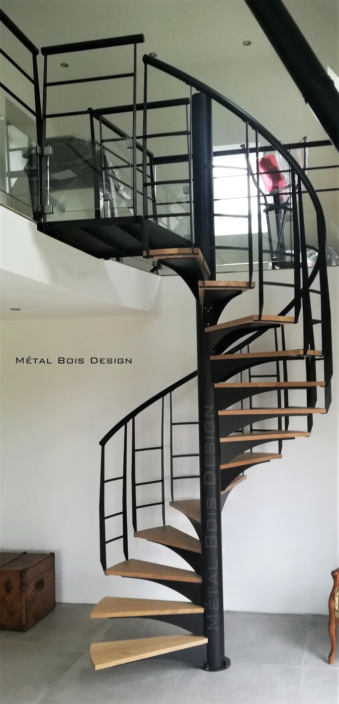 Escalier hélicoïdale Acier et chêne avec rampe débillardée continue personnalisée.