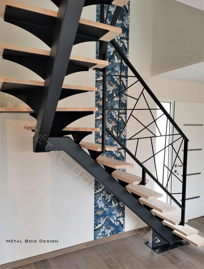 Escalier sur mesure à limon central acier marche bois palier médian