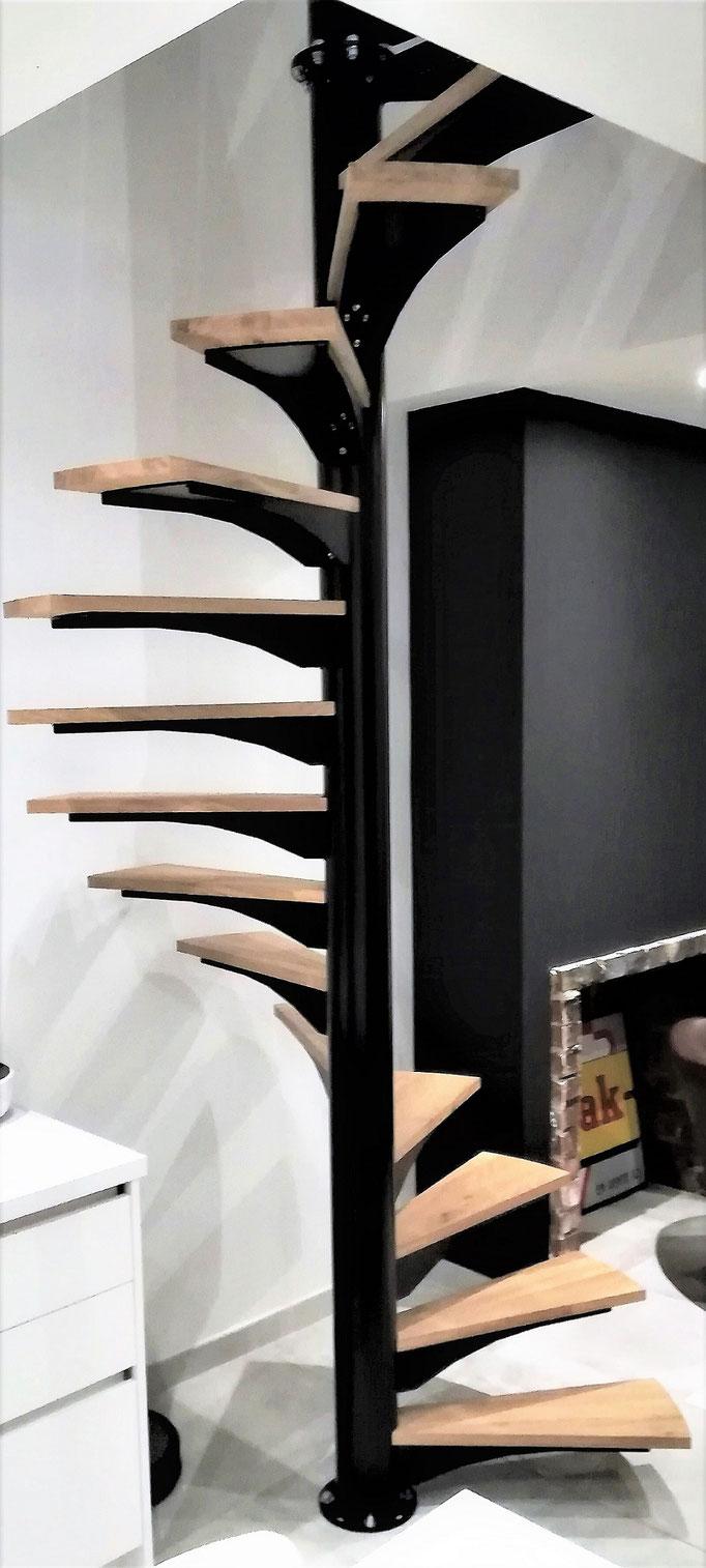 Escalier sur mesure hélicoïdal âme acier mono tubulaire et marche chêne