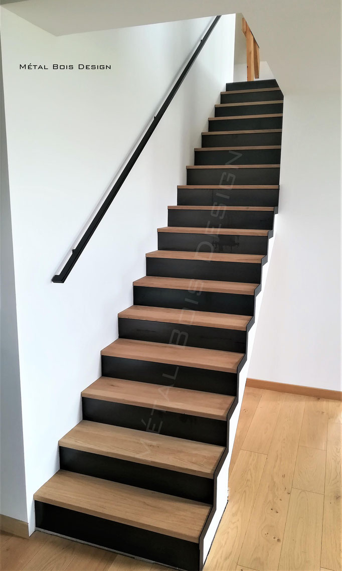 Habillage d'escalier béton sur mesure mélange bois chêne et acier brut