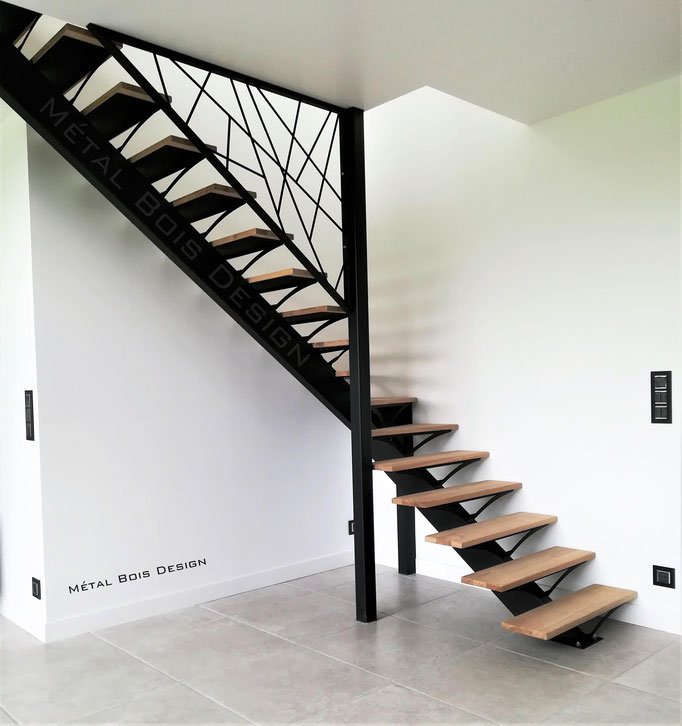 Escalier sur mesure quart tournant médian à limon central et sa rampe