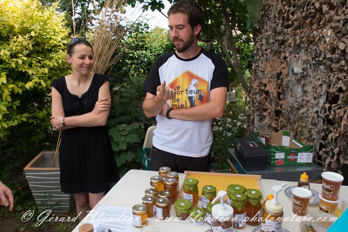 Aurélie et Julien, le porteur de miel