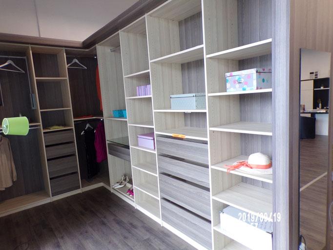 Dressing en L, mélaminé décors, aménagement  étagères, tiroirs, penderies, porte pantalons, porte chaussures, élévateur, -40% 2256 € HT