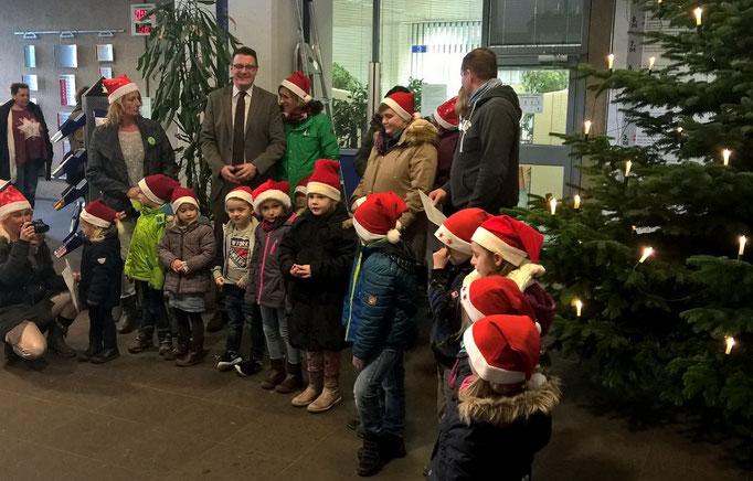 Beim traditionellen Weihnachtsbaumschmücken im Rathausfoyer im Dezember 2015