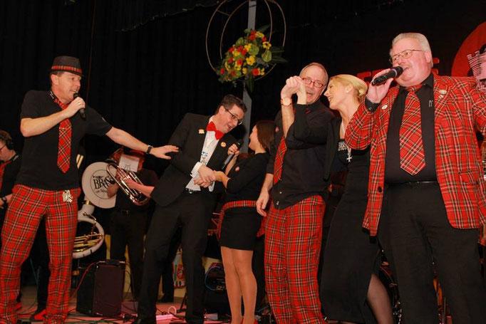 """Auf der Bühne mit der Musikgruppe """"Brass on Spass"""" bei der Galasitzung der KG Erste Große in der Stadthalle"""