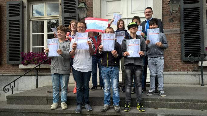 Bei der Übergabe eines Spendenschecks durch Schülerinnen und Schüler der Regenbogenschule