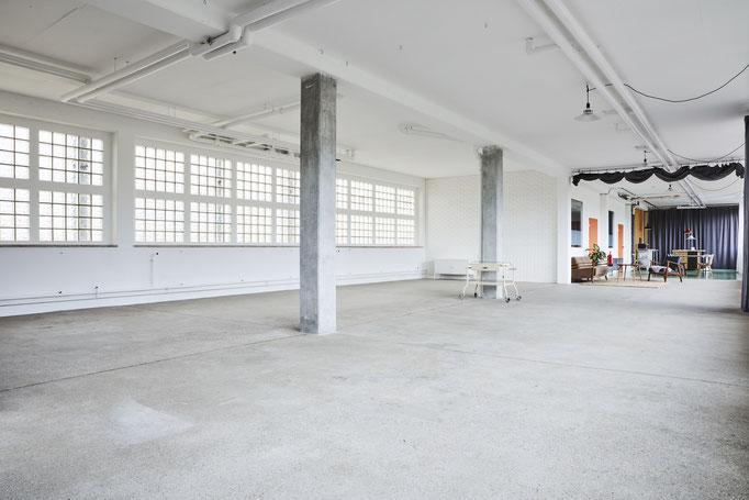 Mietstudio Fotostudio Tageslicht  Location München Industrial Glasbausteine Fensterfront Daylight Tageslichtstudio workspace rentstudio