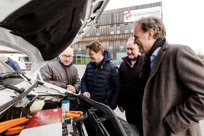V.l.: Bartosz Piekarz, Geschäftsführer i-LOG Integrated Logistics GmbH, Markus Kreisel, CEO bei Kreisel Electric, Roland Glöckl, Geschäftsführer Schachinger Paketdienst Gesellschaft m.b.H. (DPD Austria), Peter Overkamp, CFO Schachinger Logistik
