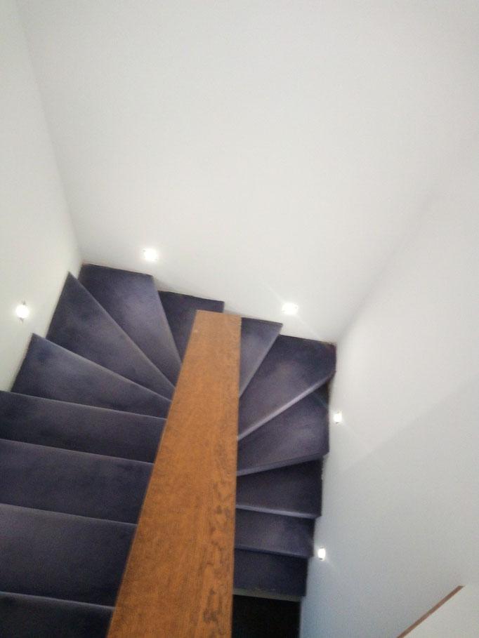 Vorher: Treppenstufen mit Teppich belegt