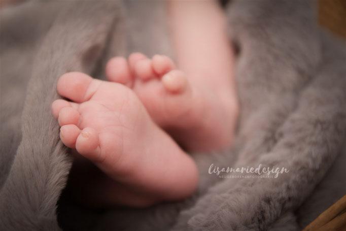 Babyfüße beim Fotoshooting zu Hause