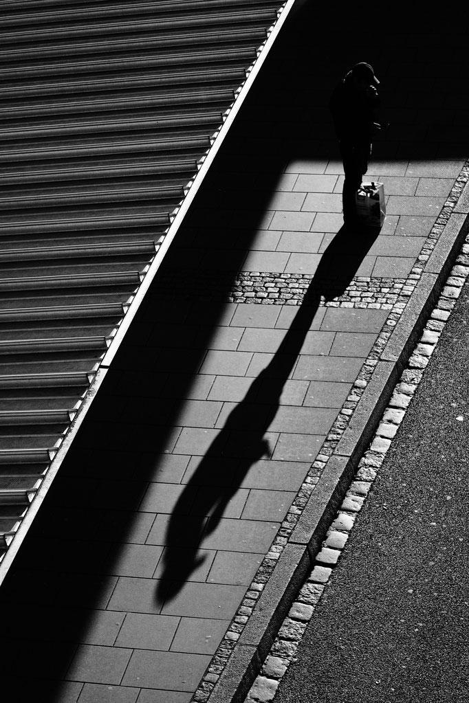 Freiburg 50 mm F1.1 - Wartende Personen Busbahnhof