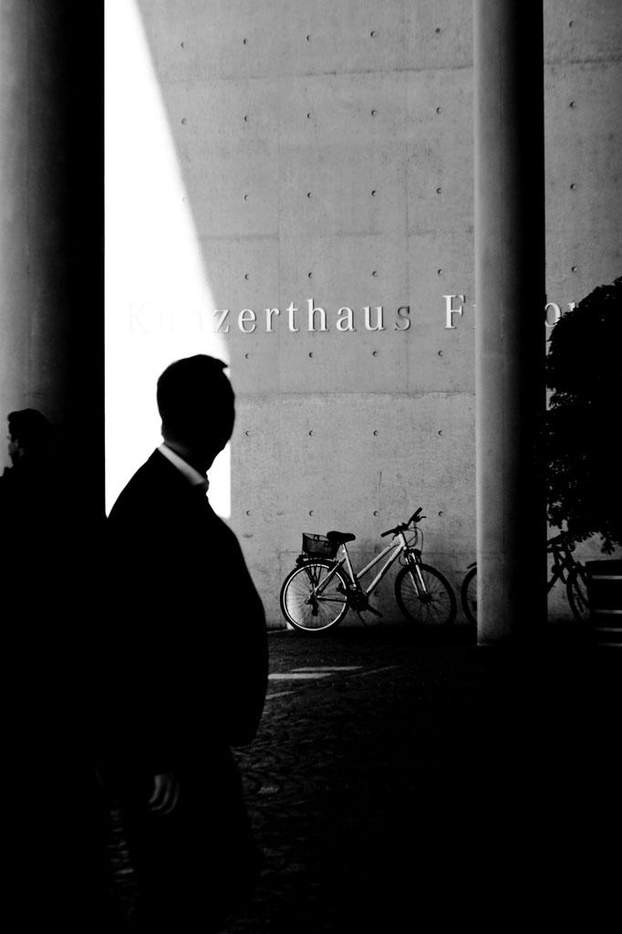 Freiburg 50 mm F1.1 - Wartende Personen Konzerthaus