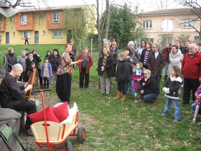 Violaine Condat , comédienne et Jodel Grasset-Saruwatari musicien ont animé la déambulation pôétique au jardin-sculpture de la Gravette