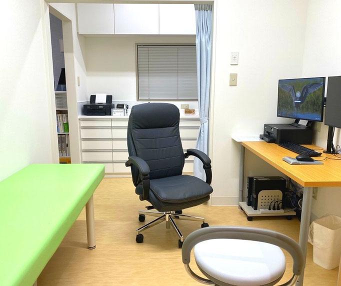 患者さんの診察は、主に受付に近い側にある、第一診察室で行っています。