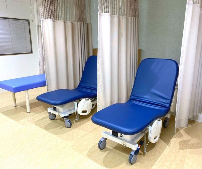 ストレッチャーは背もたれを起こして、リクライニングシートの様に上体を起こして座ることもできます。