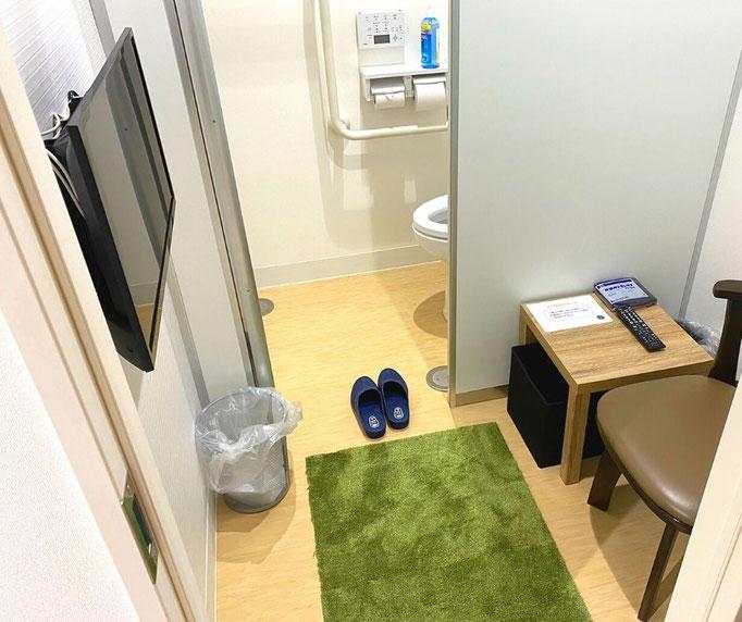 大腸内視鏡前の前処置薬を飲むトイレ付個室(通称:マイトイレ)では、他の患者さんの目を気にせず、くつろいで前処置薬を飲みトイレに行けます。