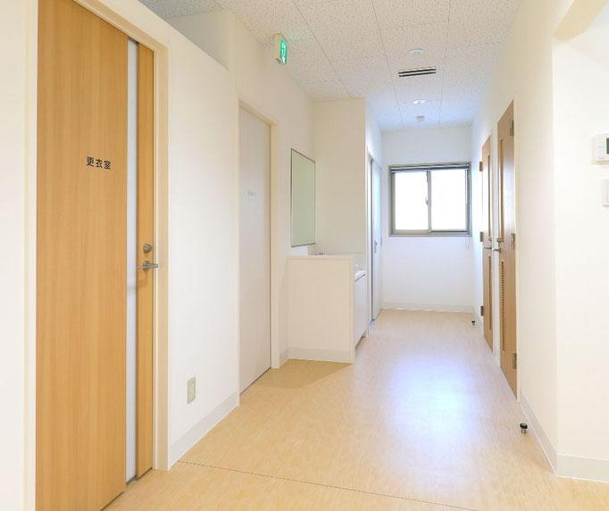 マイトイレ(トイレ付個室)の前の廊下にある窓からも、陽の光が十分差し込み、明るいクリニックになっています。