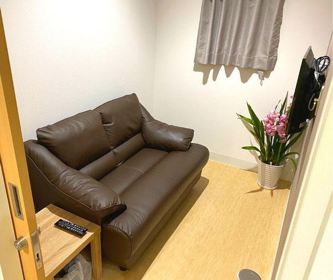 大腸内視鏡の検査を受ける患者さんに付き添いで来院された方は、検査前や検査中はソファーのある個室をご利用して待っていただけます。