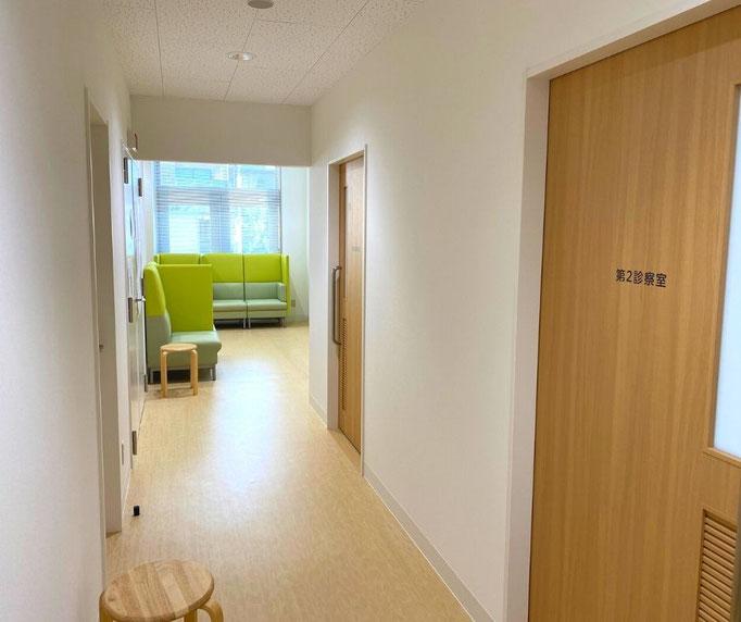 受付前の廊下から奥に進むと、第一診察室や第二診察室、レントゲン室の入り口が廊下に面している構造になっています。