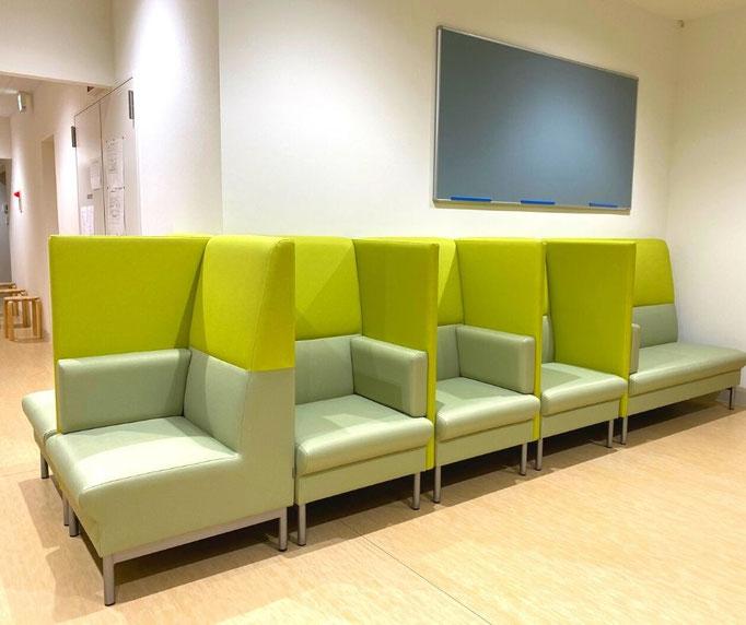 感染対策として、パーテーションのあるソファーにより、他の患者さんとソーシャルディスタンスを十分とれるようにしています。