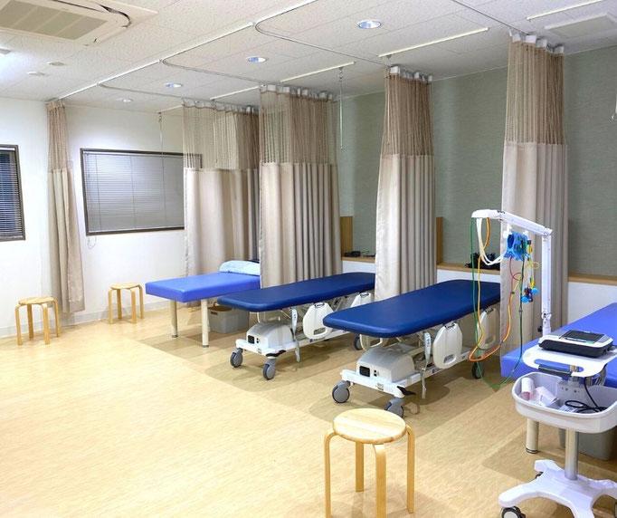点滴スペースはそれぞれのベッドがカーテンで仕切られており、ゆったりと点滴をして休むことができます。