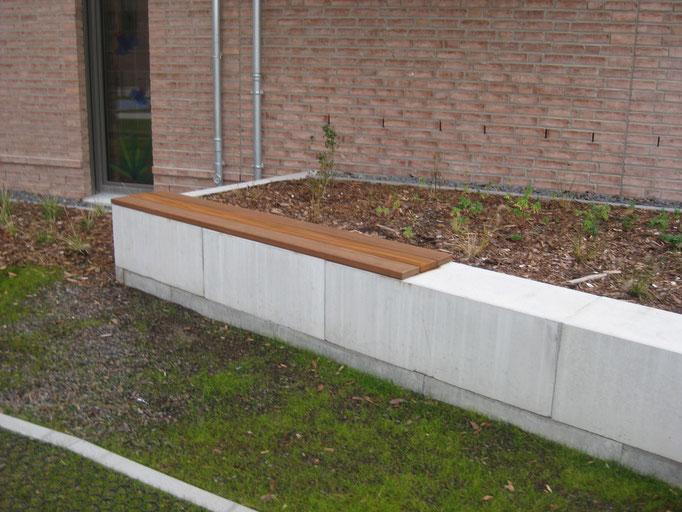 Holzlatten als komfortable Sitzfläche auf Beton