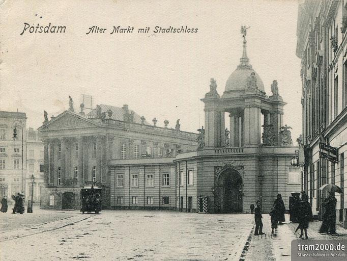 Ein Wagen der Potsdamer Pferdebahn vor dem Fortunaportal am Alten Markt