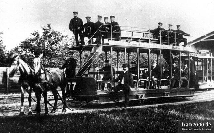 Offener Decksitzwagen Nr. 77 der Potsdamer Pferdebahn im Depot.
