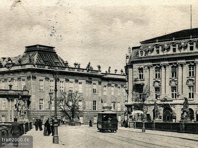 Wagen 21 der Potsdamer Pferdebahn vor dem neuen Palast-Hotel.