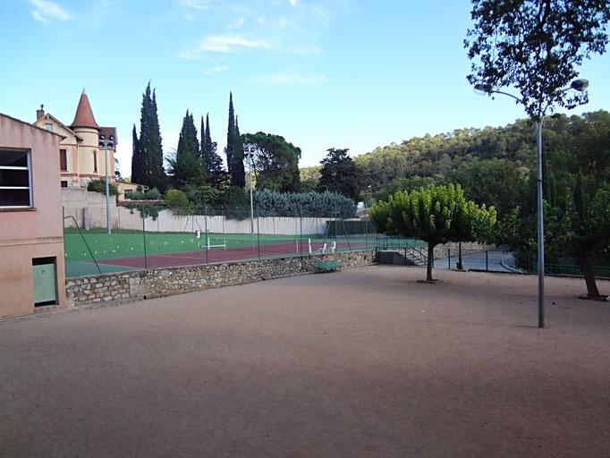 terrains boules et tennis dans le village