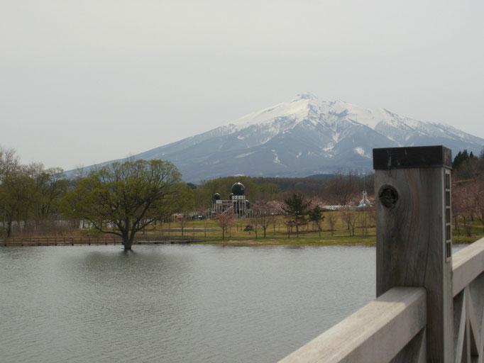 鶴の舞橋から望む岩木山