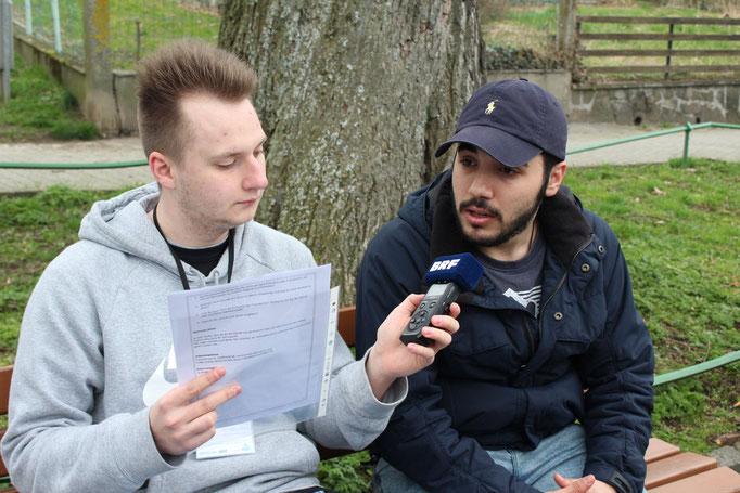 Fabrice Even (18) interviewt den jungen Syrer Khalid