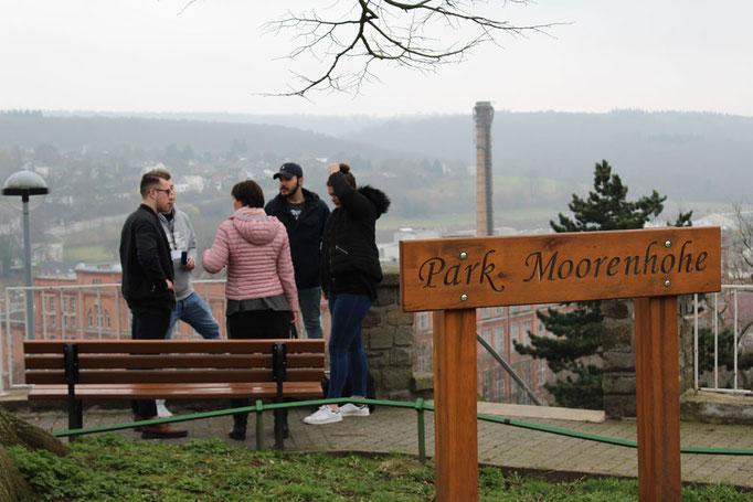 Das Team steht im Park Moorenhöhe und plant das Interview