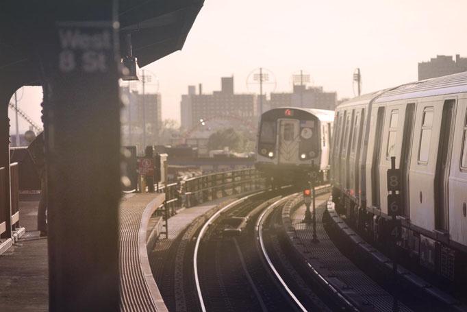 """<b>WEST 8 STREET</b><br><a href=""""/app/module/webproduct/goto/m/m4a36af9a1fd49187"""" ; style=""""color:#49bfc0;"""" target=""""_blank"""">Disponible à la vente</b><alt=""""photographie d'art cadre photo metro aérien subway newyork architecture deco train"""""""