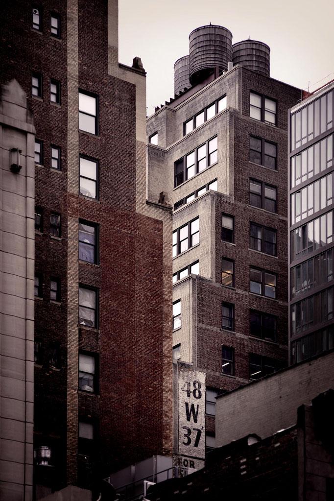 """<b>MIDTOWN</b><br><a href=""""/app/module/webproduct/goto/m/m24331ef60854f44c"""" ; style=""""color:#49bfc0;"""" target=""""_blank"""">Disponible à la vente</b><alt=""""photographie d'art urbain ville new-york city immeuble building gratte ciel tours architecture deco design"""""""