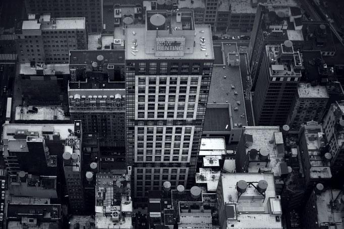 """<b>KOREATOWN N°1</b><br><a href=""""/app/module/webproduct/goto/m/m02186e221c6a57ed"""" ; style=""""color:#49bfc0;"""" target=""""_blank"""">Disponible à la vente</b><alt=""""photographie newyork gratte ciel buildings toits ville vue du ciel noir et blanc immeubles buildings"""""""