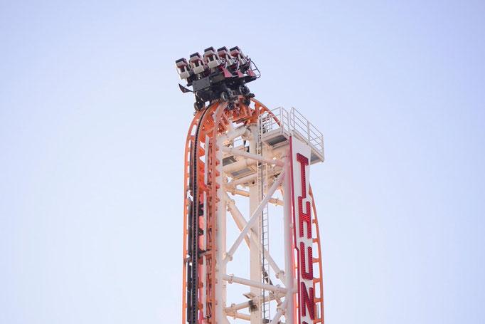 """<b>LUNA PARK</b><br><a href=""""/app/module/webproduct/goto/m/m2d653564f04658f6"""" ; style=""""color:#49bfc0;"""" target=""""_blank"""">Disponible à la vente</b><alt=""""photographie d'art fête foraine montagne russe grand 8 couleur ciel parc attraction coney island"""""""