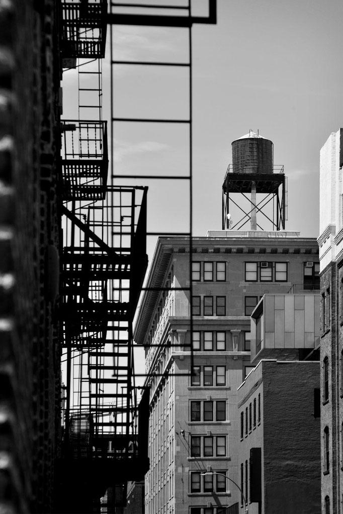 """<b>PLYMOUTH STREET</b><br><a href=""""/app/module/webproduct/goto/m/m3c59b9a5a6a05007"""" ; style=""""color:#49bfc0;"""" target=""""_blank"""">Disponible à la vente</b><alt=""""photographie d'art urbain photo new-york city noir et blanc immeuble chateau d'eau water tower"""""""