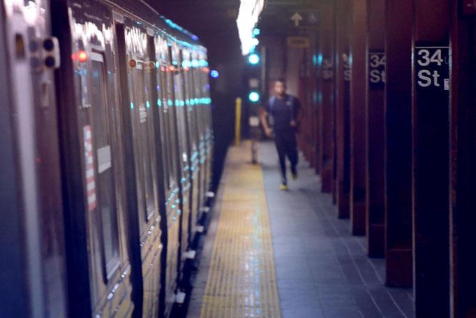"""<b>34TH STREET</b><br><a href=""""/app/module/webproduct/goto/m/m838447354d01925b"""" ; style=""""color:#49bfc0;"""" target=""""_blank"""">Disponible à la vente</b><alt=""""photographie art urbain ville newyork métro subway underground station metro photo artistique achat"""""""